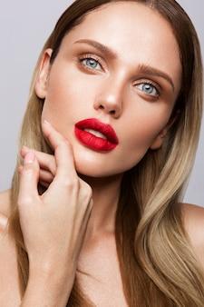 Bela jovem modelo com lábios vermelhos isoleted em wight
