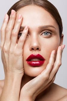 Bela jovem modelo com lábios vermelhos