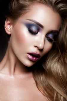 Bela jovem modelo com maquiagem brilhante
