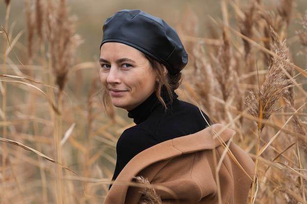 Bela jovem modelo em roupas quentes no campo