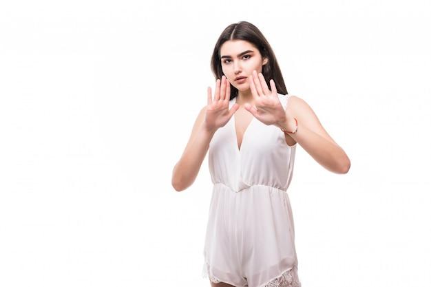 Bela jovem modelo em um vestido branco moderno em stop branco