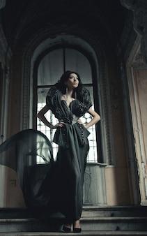 Bela jovem morena de pé na sala do palácio