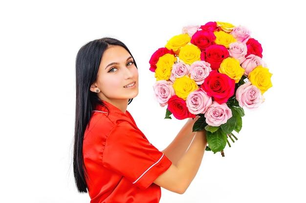 Bela jovem morena feliz com um buquê de flores