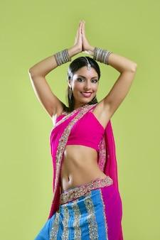 Bela jovem morena mulher indiana dançando