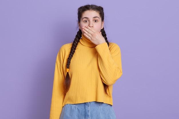 Bela jovem morena vestindo um suéter amarelo casual