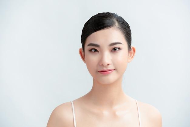 Bela jovem mulher asiática com aparência de pele limpa e fresca.