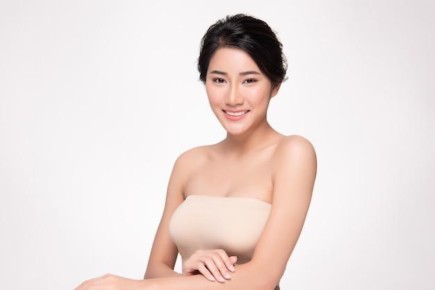 Bela jovem mulher asiática com pele fresca limpa. cuidado de rosto, tratamento facial, conceito de beleza e cosméticos.