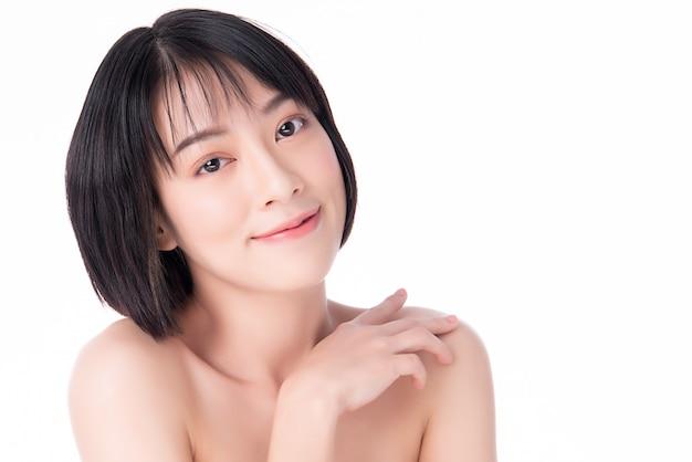 Bela jovem mulher asiática com pele fresca limpa. cuidados com o rosto, tratamento facial, conceito de beleza e cosméticos.