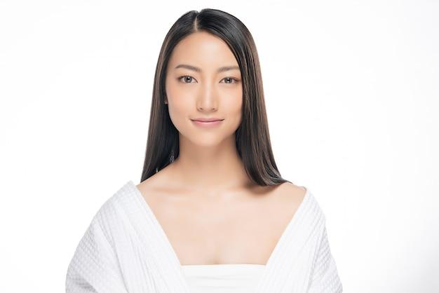 Bela jovem mulher asiática com pele fresca limpa