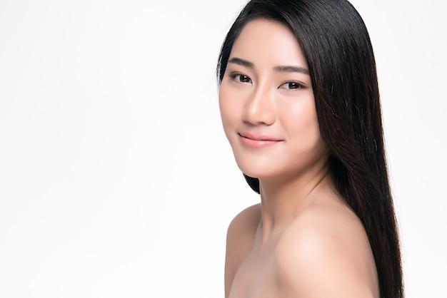 Bela jovem mulher asiática com pele fresca limpa,