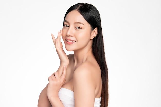 Bela jovem mulher asiática com pele limpa, fresca, cuidados para o rosto, tratamento facial. cosmetologia, beleza e spa.