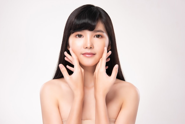 Bela jovem mulher asiática com pele limpa, fresca, sobre fundo rosa, cuidado facial, tratamento facial. cosmetologia, beleza e spa. retrato de mulher asiática