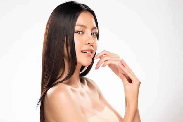 Bela jovem mulher asiática com pele limpa fresca