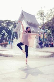 Bela jovem mulher asiática dançarina de balé de rua