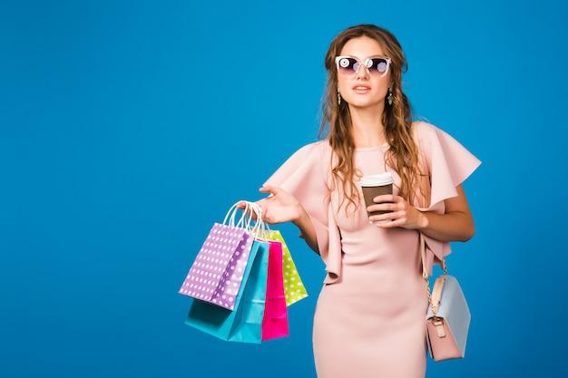 Bela jovem mulher sexy elegante em um vestido rosa de luxo, tendência da moda de verão, estilo chique, óculos de sol,