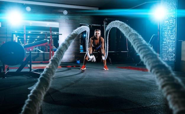 Bela jovem negra desportista no ginásio