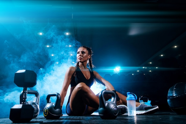 Bela jovem negra desportista no ginásio Foto Premium