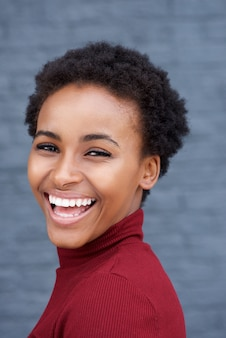 Bela jovem negra rindo
