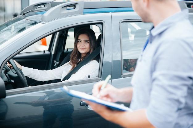 Bela jovem no exame de direção