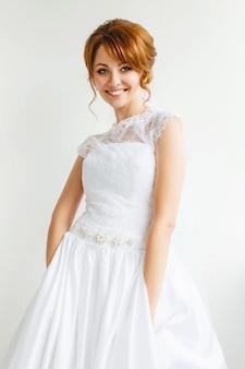 Bela jovem noiva com maquiagem de casamento