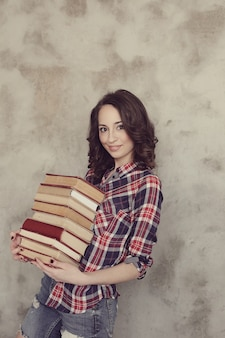 Bela jovem posando com livros