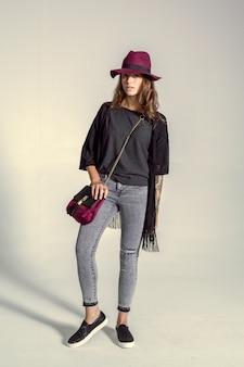 Bela jovem posando foto de moda