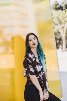 Bela jovem posando no parque