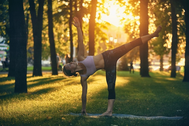 Bela jovem pratica ioga asana ardha chandrasana