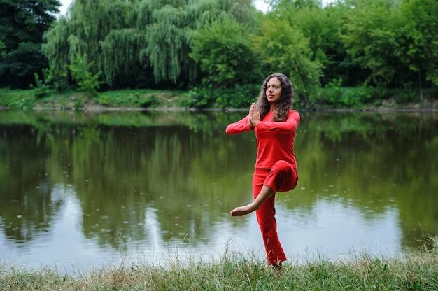 Bela jovem realizando exercícios de ioga