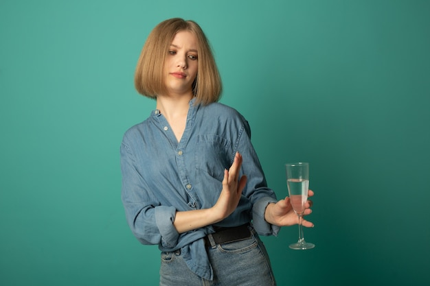 Bela jovem recusando álcool Foto Premium