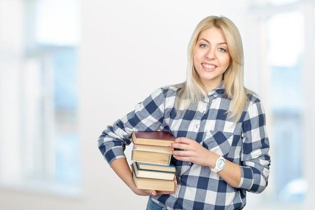 Bela jovem segurando livros