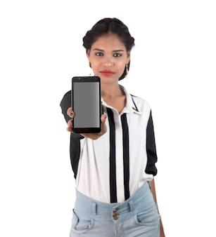 Bela jovem segurando um telefone inteligente com tela em branco