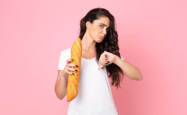 Bela jovem segurando uma baguete de pão