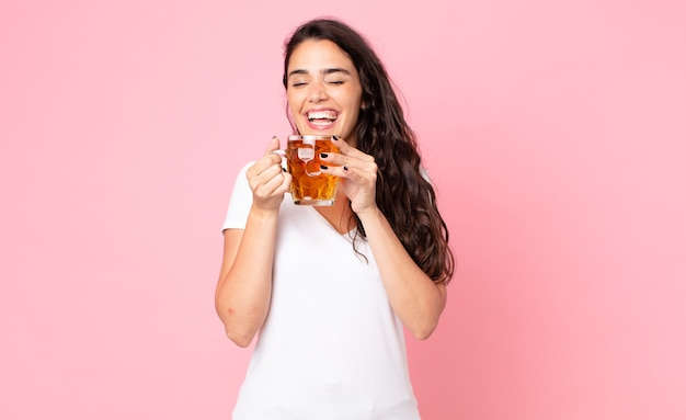 Bela jovem segurando uma caneca de cerveja