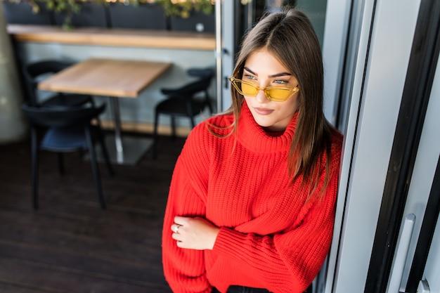 Bela jovem sentada no café