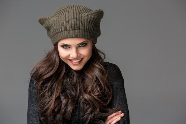 Bela jovem sexy com um chapéu engraçado com orelhas