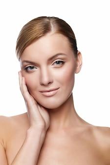 Bela jovem sorridente com rosto saudável e pele limpa