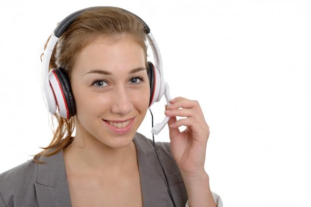 Bela jovem sorridente com um fone de ouvido, em branco