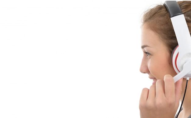 Bela jovem sorridente com um fone de ouvido