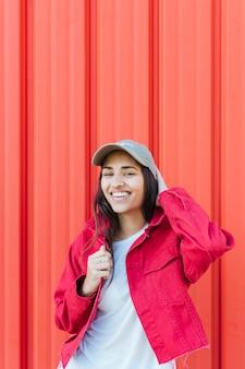 Bela jovem sorridente, olhando para a câmera