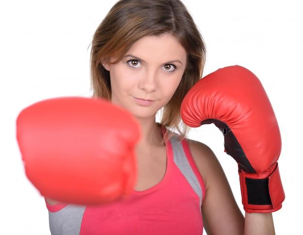 Bela jovem treinando e usando luvas de boxe