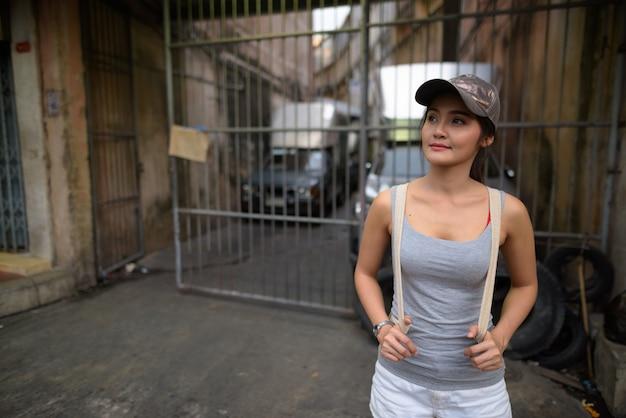Bela jovem turista asiática explorando a cidade