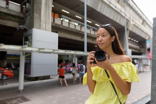 Bela jovem turista explorando a cidade de bangkok