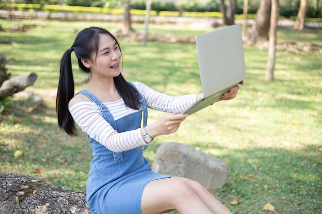 Bela jovem usando laptop