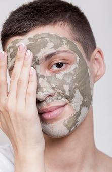 Bela jovem usando máscara facial close-up
