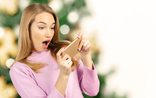 Bela jovem usando um telefone celular