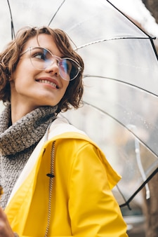 Bela jovem vestida com capa de chuva