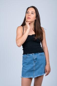 Bela jovem vestindo camisa sem mangas em branco