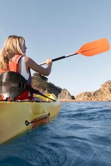 Bela jovem viajando de canoa