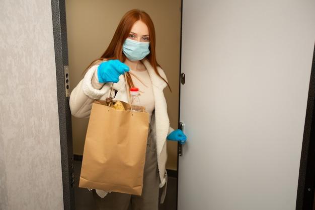 Bela jovem voluntária com cabelo ruivo faz compras em casa